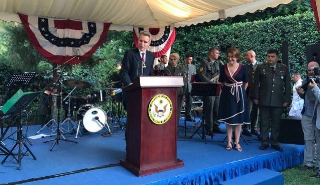 Φωτογραφία από την δεξίωση του Αμερικανού Πρέσβη Τζέφρυ Πάιτ στην πρεσβευτική κατοικία για την εθνική εορτή των ΗΠΑ (Ημέρα Ανεξαρτησίας).