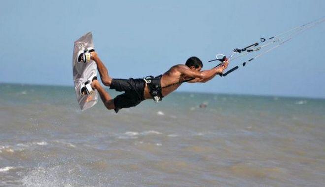 Δραματική διάσωση kitesurfers από τη μανία των ανέμων στον Μαλιακό κόλπο