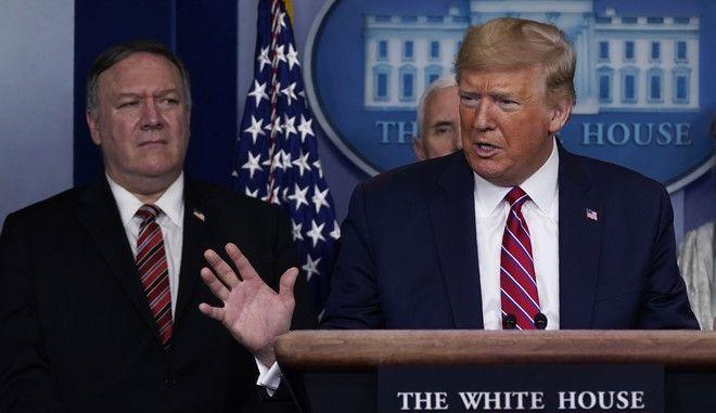 Ο Ντόναλντ Τραμπ και ο Μάικ Πομπέο σε ενημέρωση στον Λευκό Οίκο τον Μάρτιο του 2020