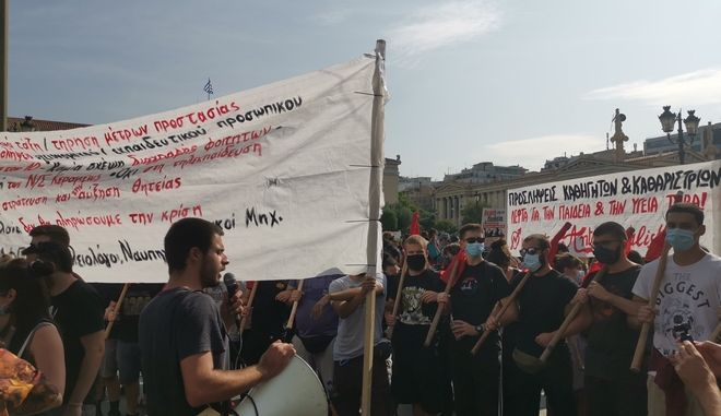 """""""Κάτω από τη μάσκα έχουμε φωνή"""": Οι μαθητές στα Προπύλαια - Zητούν ολιγομελή τμήματα και προσλήψεις καθηγητών"""