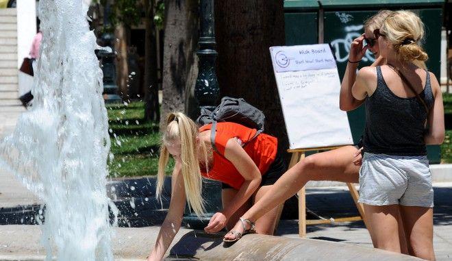 Παρέα τουριστριών αναζητά δροσιά στο συντριβάνι της πλατείας Συντάγματος για να αντιμετωπίσουν την υψηλή θερμοκρασία στην Αθήνα το μεσημέρι της Τετάρτης 9 Ιουλίου 2014. (EUROKINISSI/ΑΝΤΩΝΗΣ ΝΙΚΟΛΟΠΟΥΛΟΣ)