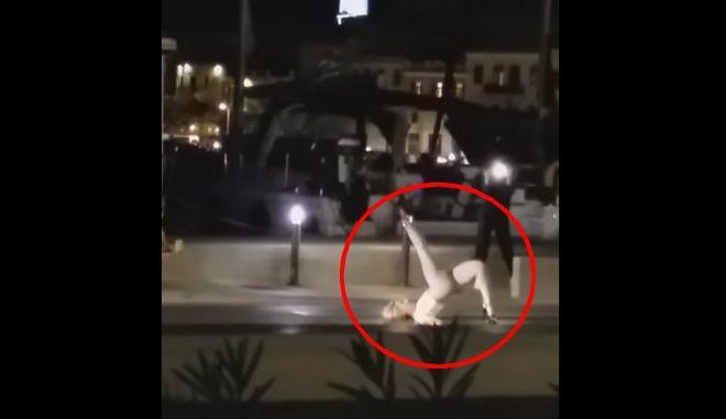Σύρος: Γυναίκα βγήκε από κότερο και χόρεψε αισθησιακά στη μέση του δρόμου
