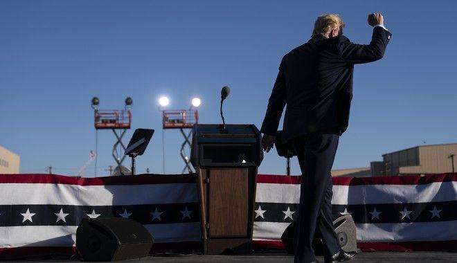 ΗΠΑ: Ο κορονοϊός σαρώνει και ο Τραμπ μάχεται να