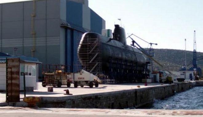 """Φωτογραφικό υλικό , αλλά και σχετικό VIDEO παρουσιάζει ο βουλευτής της Ν.Δ  Αργύρης Ντινόπουλος από τα Ναυπηγεία Σκαραμαγκά. Το υποβρύχιο """"ΠΑΠΑΝΙΚΟΛΗΣ"""" είναι στην ξηρά. Σύμφωνα με τις πληροφορίες του Αργύρη Ντινόπουλου πρόκειται για προγραμματισμένη συντήρηση ( το σκάφος κρίνεται αξιόπλοο και αξιόμαχο από το Π.Ν) αλλά αυτές οι προγραμματισμένες συντηρήσεις έχουν αυξηθεί το τελευταίο διάστημα για το (καινούριο) υποβρύχιο Παπανικολής. Την ίδια ώρα οι εργασίες για τα άλλα υποβρύχια έχουν ουσιαστικά σταματήσει όπως φαίνεται και από τις σχετικές φωτογραφίες αλλά και από το  VIDEO που παρουσιάζει ο βουλευτής της Ν.Δ. Ο Αργύρης Ντινόπουλος υπέβαλε για το θέμα αυτό ερώτηση προς τον Υπουργό Άμυνας.  Όλο το σχετικό υλικό στο http://www.ntinopoulos.com/"""
