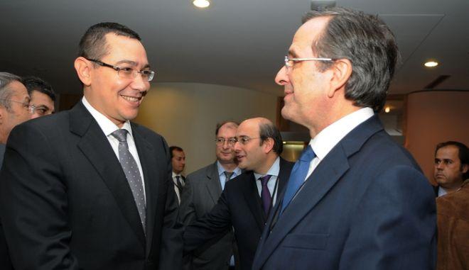 Στιγμιότυπο από τις παφές του πρωθυπουργού Αντώνη Σαμαρά στις Βρυξέλλες την Τρίτη 13 Νοεμβρίου 2012. Στη φωτογραφία με τον πρωθυπουργό της Ρουμανίας Βίκτορ Πόντα. ((EUROKINISSI/ΓΟΥΛΙΕΛΜΟΣ ΑΝΤΩΝΙΟΥ)