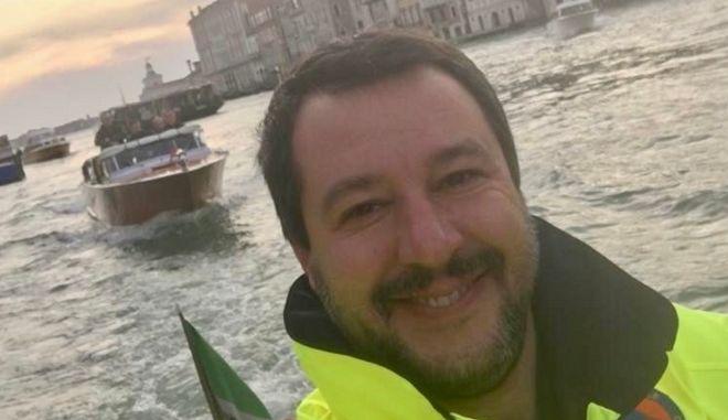 Οργή κατά Σαλβίνι: Πόζαρε χαμογελαστός πριν μεταβεί στις πληγείσες περιοχές