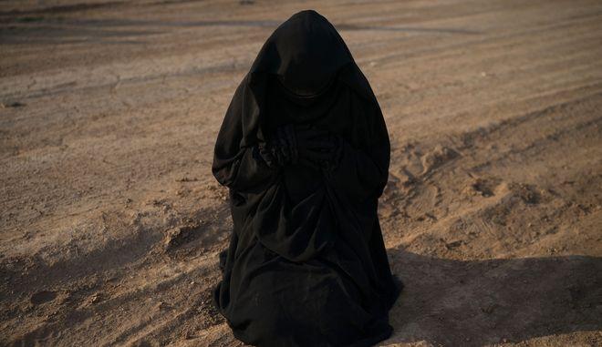 Γυναίκα που προσεύχεται πριν περάσει από έλεγχο ασφαλείας, στη Συρία