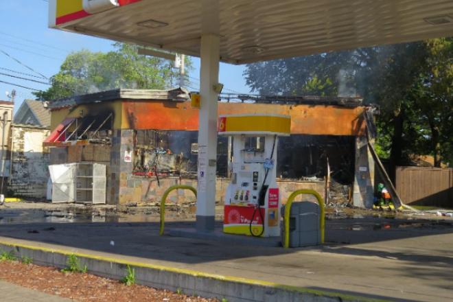 Καμένο βενζινάδικο στη Μινεάπολη