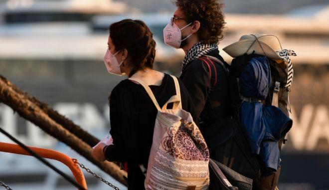 Αναχώρηση ταξιδιωτών από το λιμάνι του Πειραιά.