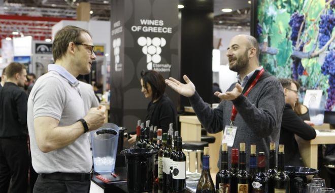 Ganz im Zeichen ihres Slogans To Another Great Year setzt die ProWein vom 19. bis 21. März 2017 neue Maßstäbe: Auf die Fachleute der internationalen Wein- und Spirituosenbranche warten dieses Mal mehr als 6.300 Aussteller aus 60 Nationen, darunter alle relevanten Weinbauregionen dieser Welt plus einer Auswahl von etwa 400 Spirituosen-Spezialitäten. Rund die Hälfte aller Aussteller kommt aus Frankreich und Italien. Sie sind wie die anderen Länder mit allen relevanten Weinregionen vertreten - von den Abruzzen bis Venetien; von Bordeaux bis Sud-Ouest. Zu den weiteren Top-Ausstellernationen gehören Deutschland, Übersee, Spanien, Österreich und Portugal. Dazu gibt es zahlreiche Neuentdeckungen wie das Weingut Dos Hemisferios aus Ecuador, Pico Wines von den Azoren oder das Weingut Turnau aus Polen. Premiere feiert die Asian Wine Producers Association, die eine Vielzahl asiatischer Winzer vereint und spannende Einblicke in das Thema Wein aus Asien verspricht. Das bewährt starke Segment Biowein mit zahlreichen Ausstellern und allen internationalen Bio-Verbänden bekommt weiter Zuwachs, unter anderem mit der Sonderschau Organic World mit rund 30 internationalen Ausstellern  hauptsächlich aus Europa. |  Very much in line with its slogan To Another Great Year ProWein from 19 to 21 March 2017 is setting new standards. Specialists in the international wine and spirits sector will be met by more than 6,300 exhibitors from 60 nations, including all relevant winegrowing regions of the world  a total of 295  plus a selection of some 400 spirits specialities. About half of all exhibitors come from France and Italy. Like other countries they are represented with all relevant wine regions  from the Abruzzi to Veneto and from Bordeaux to the Sud-Ouest. Other top exhibitor nations include Germany, the New World, Spain, Austria and Portugal. These are joined by numerous new discoveries like the Dos Hemisferios winery from Ecuador, Pico Wines from t
