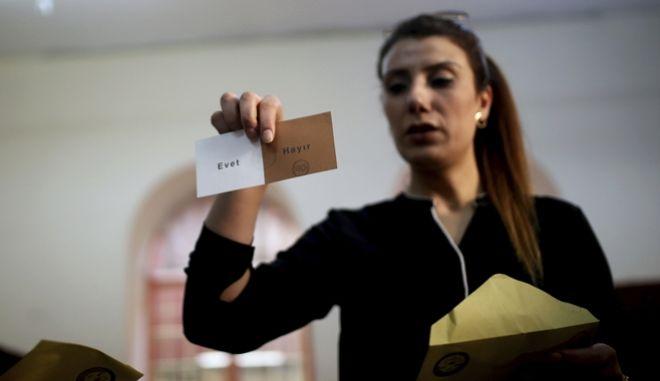 Συγκρατημένες κυβέρνηση και αντιπολίτευση για την οριακή νίκη Ερντογάν