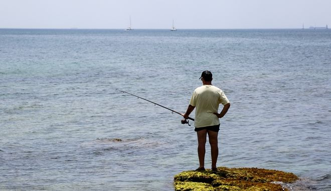 Άνδρας ψαρεύει στο Παλαιό Φάληρο