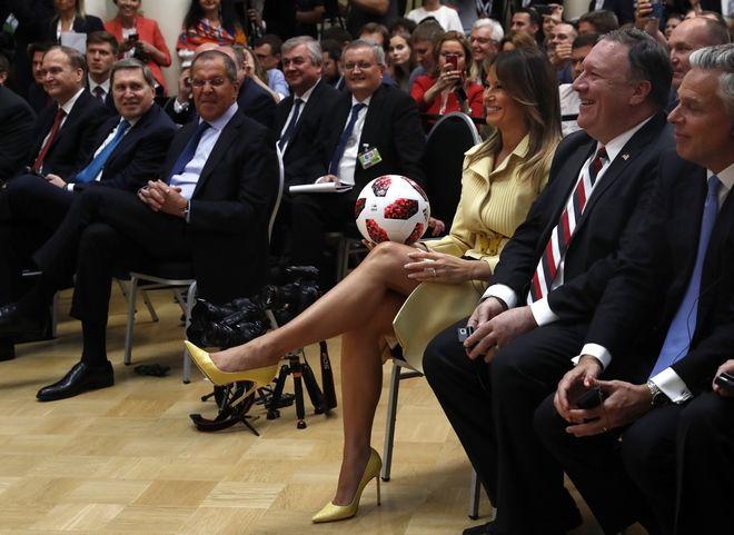 Η Μελάνια Τραμπ κρατάει την μπάλα που ο Βλαντιμίρ Πούτιν χάρισε στον Πρόεδρο των ΗΠΑ