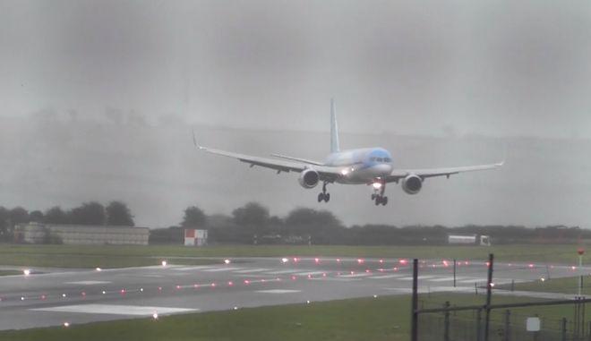 Επικό Crosswind: Άνεμος παρασύρει Boeing, προσγειώνεται με το πλάι