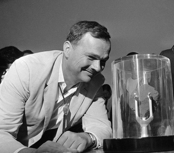 Ο Ευγένιος Σουμέικερ κοιτάει μια πέτρα από τη Σελήνη τον Σεπτέμβριο του 1969