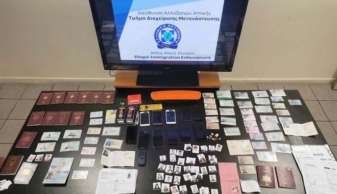 Εξαρθρώθηκε σπείρα διακινητών μεταναστών με χρήση πλαστών εγγράφων