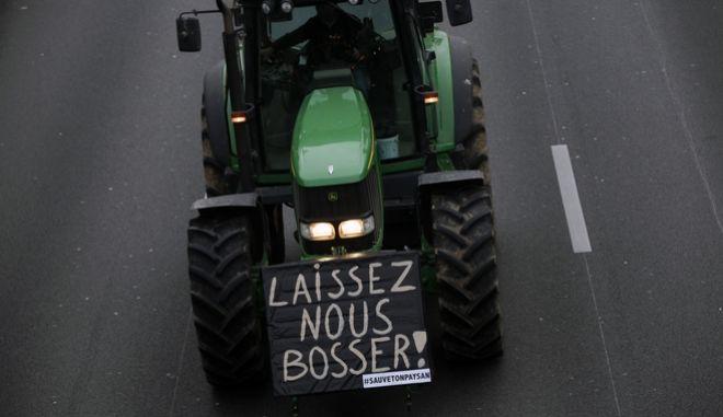 """Τρακτέρ από τη διαμαρτυρία στην Γαλλία. Γράφει """"Αφήστε μας να δουλέψουμε"""""""
