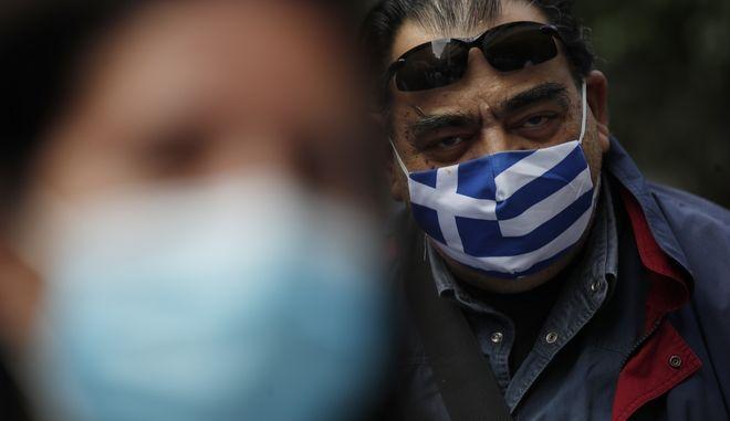 Εργαζόμενος με μάσκα στον Ευαγγελισμό