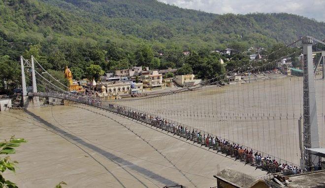 Η ιερή γέφυρα Lakshman Jhula στο Ρίσικες