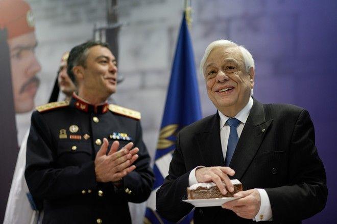 Ο Πρόεδρος της Δημοκρατίας Πρ. Παυλόπουλος κατά την κοπή της Πρωτοχρονιάτικης πίτας της  Προεδρικής Φρουράς