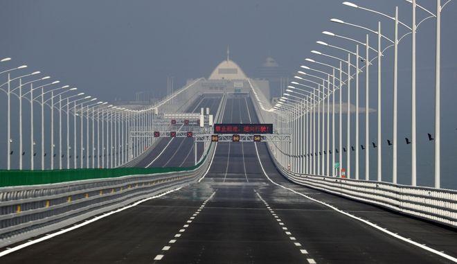 Στιγμιότυπο πάνω από τη γέφυρα που συνδέει το Χονγκ Κονγκ με το Τζουχάι και το Μακάο