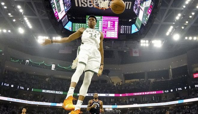 """Ο Γιάννης Αντετοκούνμπο """"προσγειώνεται"""" μετά από καλάθι στον αγώνα Milwaukee Bucks - Toronto Raptors"""