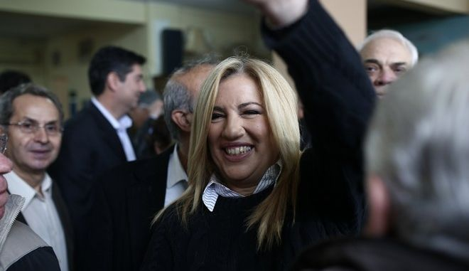 PASOK party leader and candidate Fofi Gennimata votes for the 2nd round of elections for the presidency of the Central-Left Political Movement, in Athens, on November 19, 2017. /         2          ,  ,  19 , 2017.