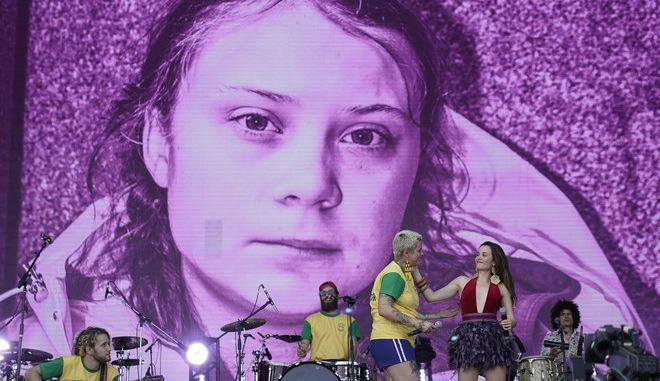 Προβολή φωτογραφίας της Γκρέτα Τούνμπεργκ σε συναυλία της βραζιλιανής μπάντας Fransisco