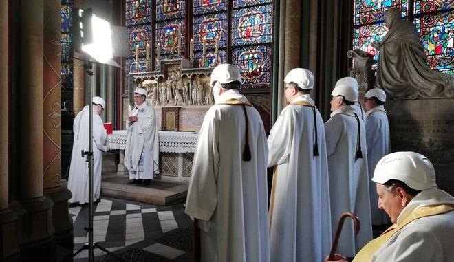 Εικόνα από την πρώτη λειτουργία στην Παναγία των Παρισίων μετά την φωτιά