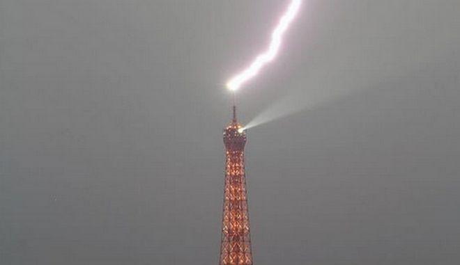 Κεραυνός χτύπησε τον πύργο του Άιφελ