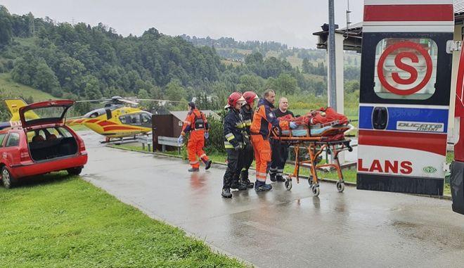 Ασθενοφόρα έσπευσαν στην περιοχή για να παραλάβουν τους τραυματίες.