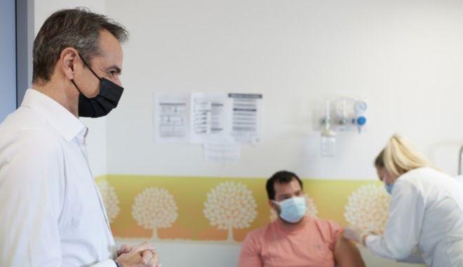Στιγμιότυπο από την επίσκεψη του πρωθυπουργού στο εμβολιαστικό κέντρο της Ραφήνας (Αρχείο)