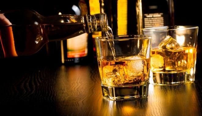 Πόσο θα πλήρωνες μία φιάλη ουίσκι στην Ελλάδα αν δεν υπήρχε φόρος