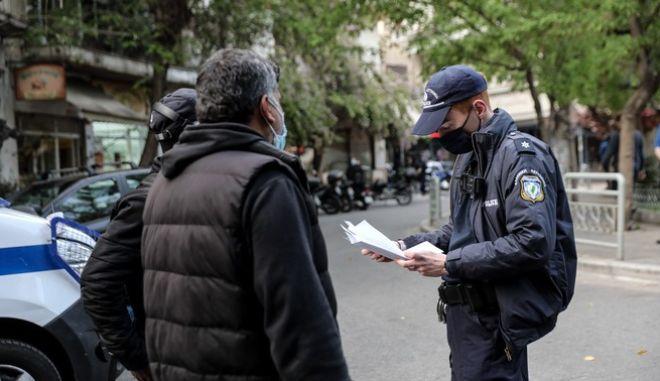 Επέμβαση της Αστυνομίας στην Πλατεία Αγίου Γεωργίου στην Κυψέλη για τον έλεγχο του συνωστισμού.