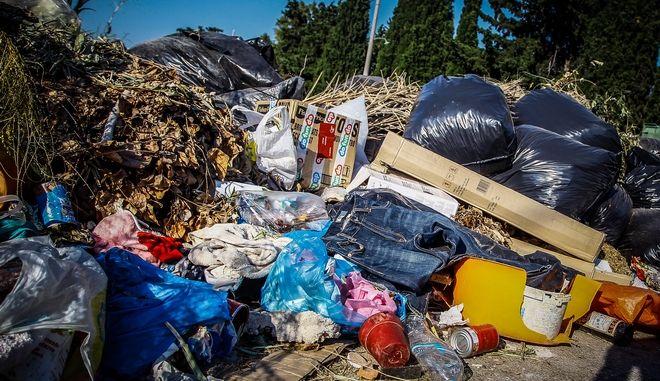 Πεταμένα σκουπίδια στους δρόμους