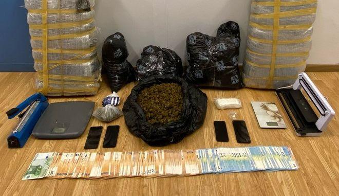 Τους έπιασαν με πάνω από 33 κιλά κάνναβης και σχεδόν μισό κιλό κοκαΐνης