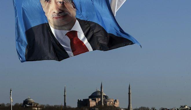 Αφίσα του Ερντογάν στον ουρανό της Κωνσταντινούπολης