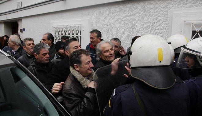Με τούρτα για τα δύο χρόνια ΣΥΡΙΖΑ εργαζόμενοι της ΠΟΕΔΗΝ στο Μαξίμου