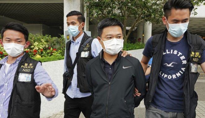 Στιγμιότυπο από την έφοδο των αστυνομικών στην εφημερίδα Apple Daily