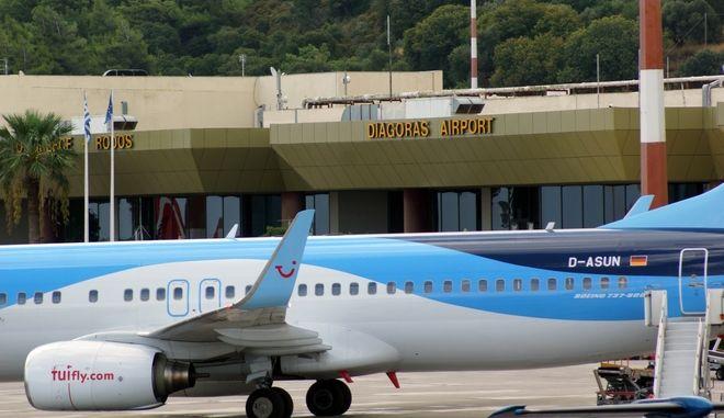 Καθίζηση προκλήθηκε στον αεροδιάδρομο, λίγα μέτρα απόσταση από την προηγούμενη μεγάλη ζημιά που καθήλωσε τα αεροπλάνα για μερικές ώρες πρίν δύο 24ωρα. Αν και η καθίζηση έχει αρκετό μήκος, δεν κρίνεται επικίνδυνη αφού εντοπίζεται σε μικρή απόσταση πλευρικά του αεροδιαδρόμου, όμως για λόγους ασφαλείας, και έως ότου ελεγχθεί από ειδικούς πραγματογνώμονες μηχανικούς, το αεροδρόμιο μας έμεινε και πάλι για λίγη ώρα ανενεργό. Το αεροδρόμιο συνεχίζει κανονικά αυτή την ώρα να λειτουργεί χωρίς κανένα ιδιαίτερο πρόβλημα, ενώ έχουν αρχίσει να εκτελούνται κανονικά όλες οι πτήσεις, εσωτερικού αλλά και εξωτερικού, τσάρτερ. Προς το παρών συνεργείο της Υπηρεσίας Πολιτικής Αεροπορίας πραγματοποίησε διαγράμμιση κοντά στο σημείο που υπέστη η μικρής κλίμακας καθίζηση του αεροδιαδρόμου ώστε να αναγνωρίζουν οι κυβερνήτες των αεροπλάνων το σημείο που θα πρέπει να προσέχουν κατά τη διέλευση των αεροσκαφών από το σημείο. (EUROKINISSI/RODOSPRESS.GR/ΑΡΓΥΡΗΣ ΜΑΝΤΙΚΟΣ)