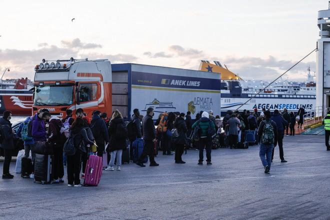 Γεμάτο το λιμάνι του Πειραιά την πρώτη μέρα του δεύτερου lockdown