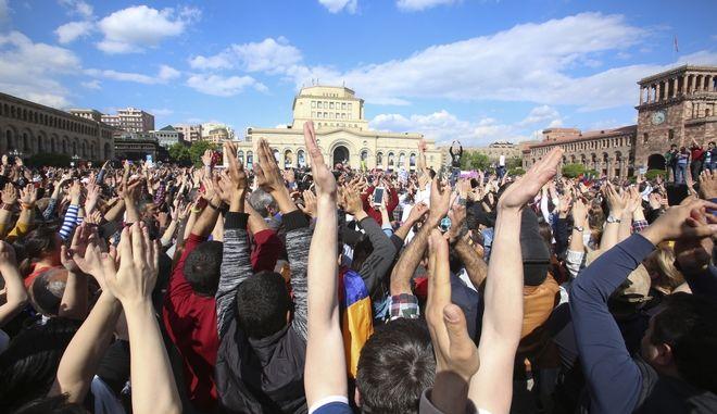 Κόσμος γιορτάζει την παραίτηση του Σερζ Σαρκισιάν στην κεντρική πλατεία της Γερεβάν