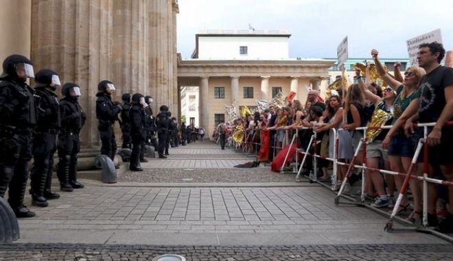 Πάρτι αντιφασισμού στο Βερολίνο: 5.000 ακροδεξιοί από τη μια, 25.000 από την άλλη