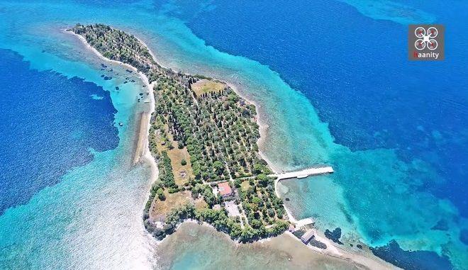 """Το περίεργο νησί """"κιθάρα"""" που ερωτεύτηκαν οι Beatles, μια ώρα από την Αθήνα"""