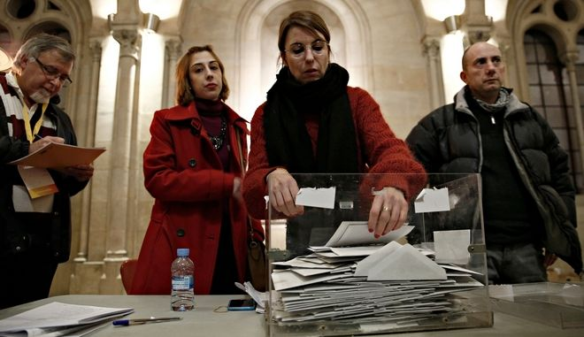 Vote counting at polling station in Barcelona, Spain on Dec. 21, 2017 /  .           ,    21 , 2017.