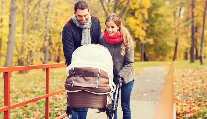 Γονείς με το παιδί τους σε καρότσι