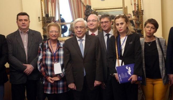 Ο Πρ. Παυλόπουλος με την πρόεδρο της ΕΣΗΕΑ και τους προέδρους των δημοσιογραφικών ενώσεων