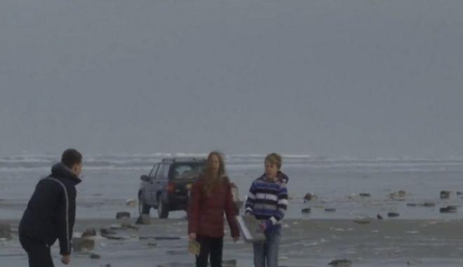 Ολλανδία: Γέμισαν οι παραλίες με τηλεοράσεις και έπιπλα