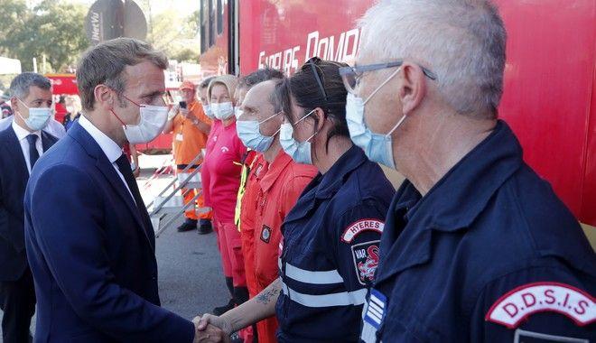Ο Εμανουέλ Μακρόν, στις 17/8 σε συνάντηση με πυροσβέστες στο Le Luc, νότια της Γαλλίας, όταν ακόμα δεν είχε κάνει υποχρεωτικό τον εμβολιασμό τους.