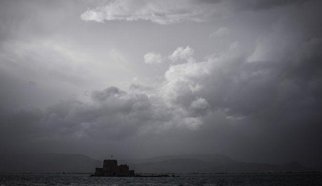 Σύννεφα πάνω από το Μπούρτζι στο Ναύπλιο